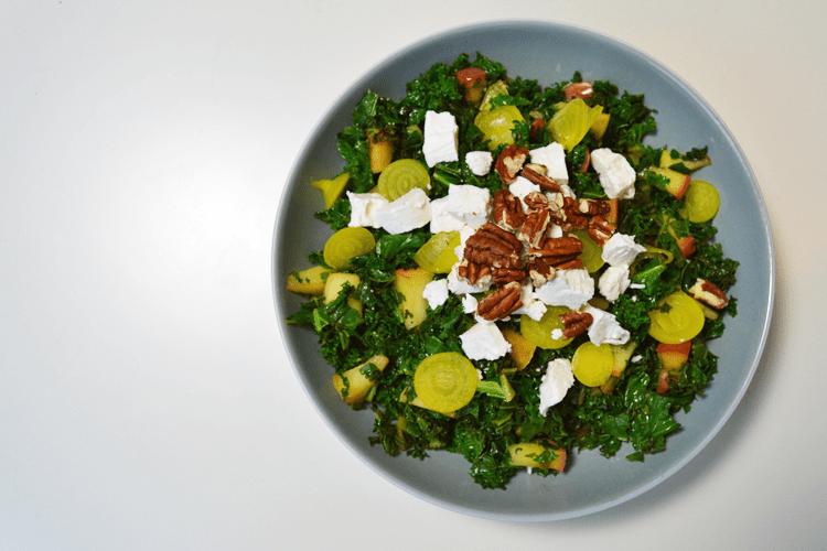 Lauwwarme salade met boerenkool, appel en geitenkaas
