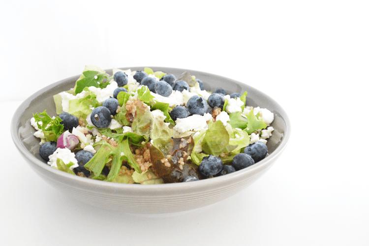 Couscous salade met blauwe bessen, feta en noten