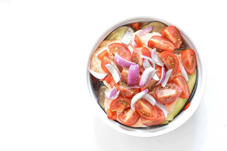 Ovenschotel met kip, aubergine en pesto-yoghurtsaus