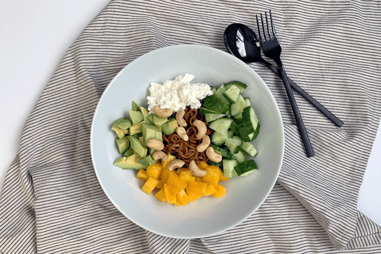 Lunch bowl met avocado, mango en cottage cheese