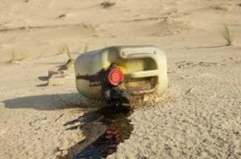 Spilled oil can on a beach. Copyright: <a href='https://www.123rf.com/profile_sablin'>sablin / 123RF Stock Photo</a>