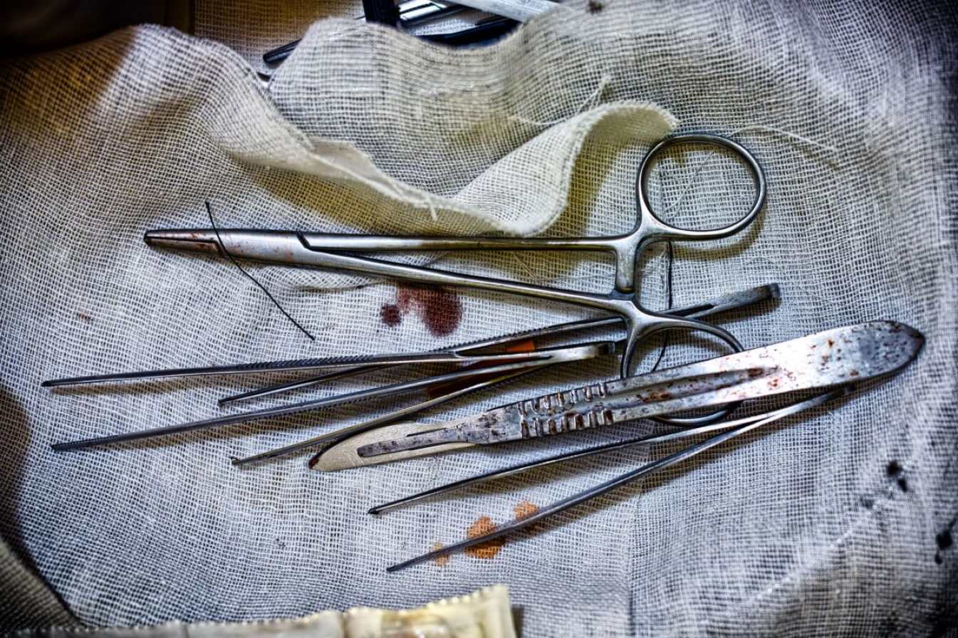 35001464 - filthy and unsafe surgical instruments, Copyright: realchemyst / 123RF Stock Photo