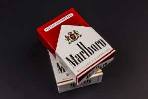 61177676 - indianapolis - circa august 2016: packs of marlboro cigarettes. marlboro is a product of the altria group ii Copyright: <a href='https://www.123rf.com/profile_jetcityimage'>jetcityimage / 123RF Stock Photo</a>