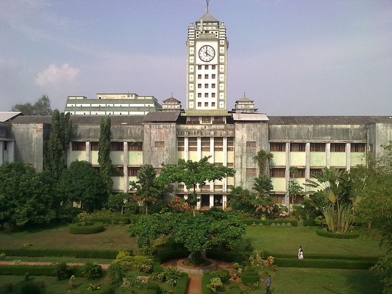 Calicut Medical College/Kozhikode Government Medical College Hospital- a view from the garden. The clock tower could be seen in the photo. Date14 September 2010 Source	Own work Author	Netha Hussain.