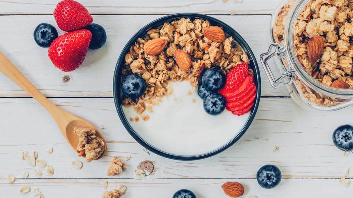 Jogurt, granola a plody