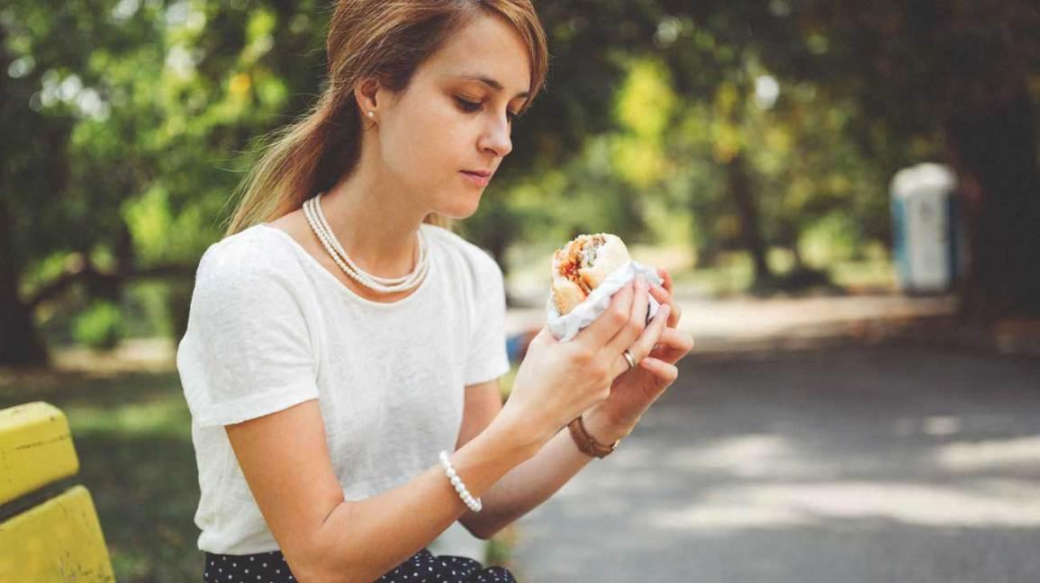 Wanita Muda Makan Burger