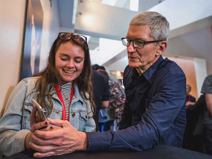 amanda southworth shows her anxiety app to apple ceo tim cook