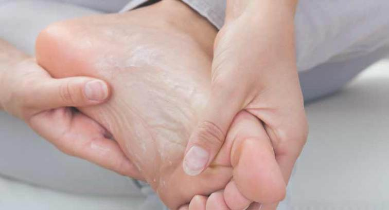 cracked feet infection