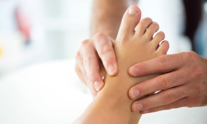 Home remedies to treat tired legs and feet