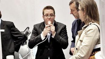 Am Stand von Dürr Dental zeigten die Mitarbeiter vollen Einsatz bei der Präsentation der intraoralen Kamerasysteme.