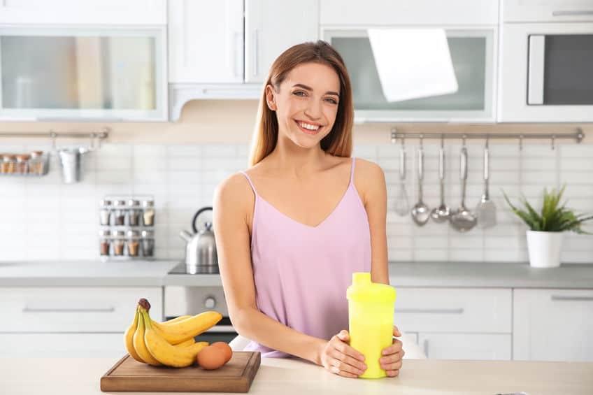 Donna che sorride in cucina