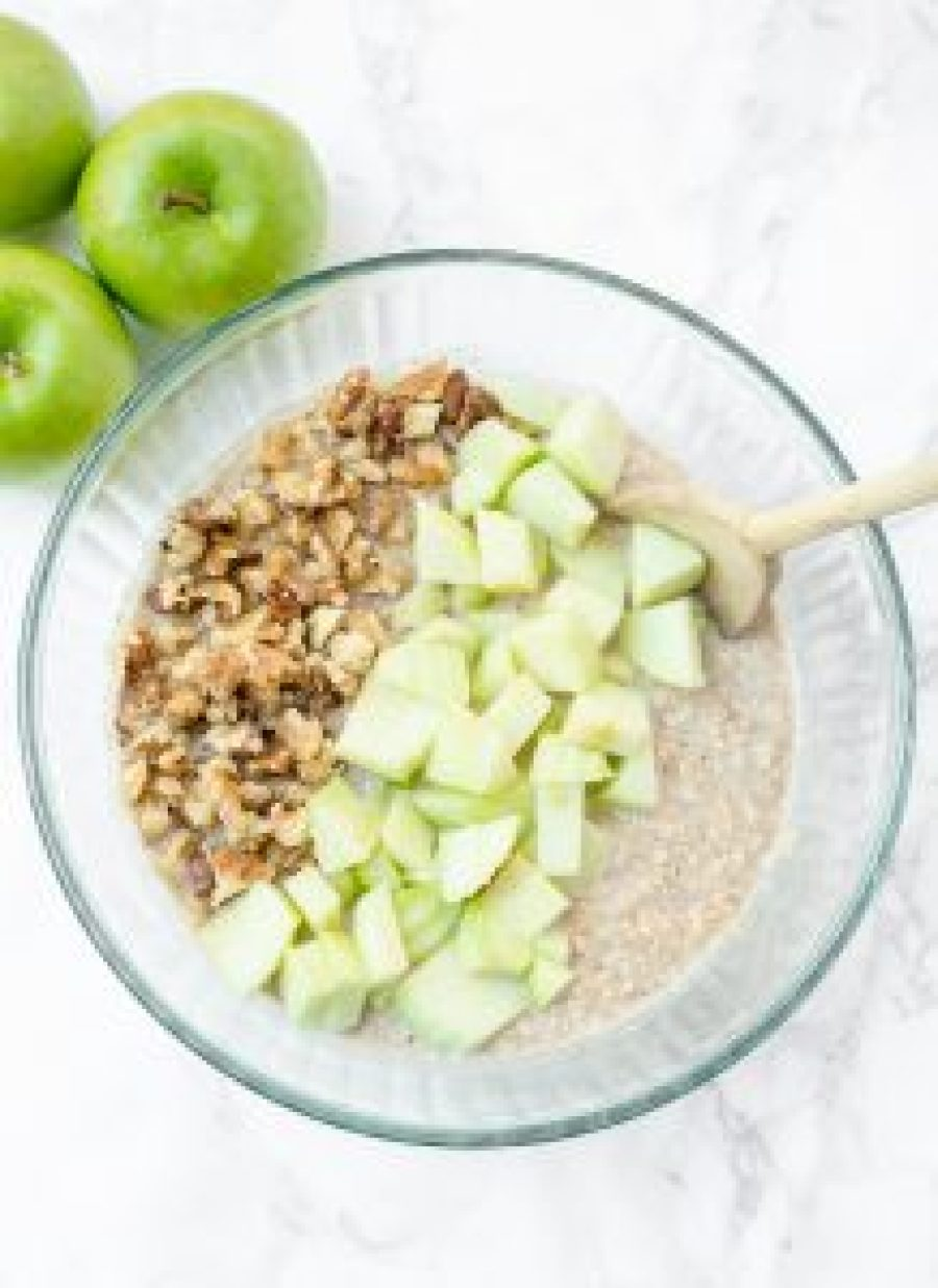 This healthy apple cinnamon baked oatmeal reminds me of apple cake and has ingredients like chopped fresh apples, walnuts, and coconut oil. SO yummy and healthy!