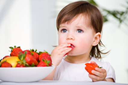 деца и ягоди