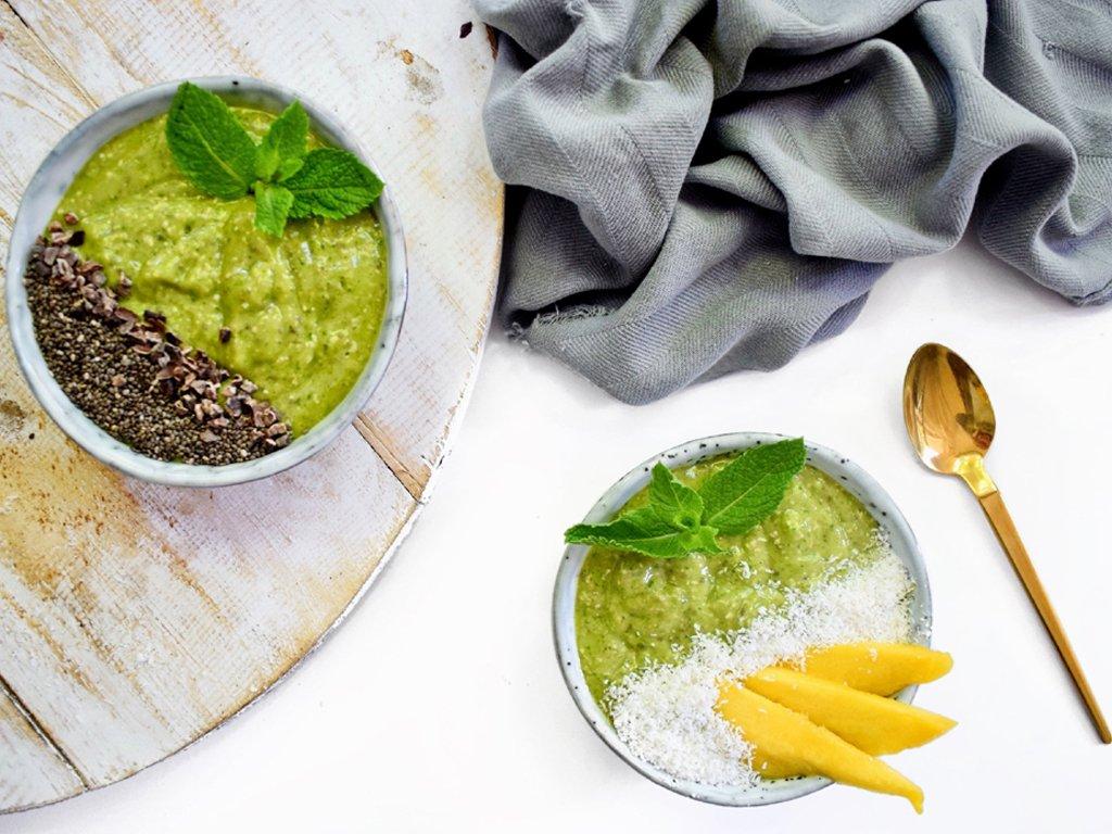 Green smoothie bowl met mango   Ontbijt recept   Healthy Wanderlust