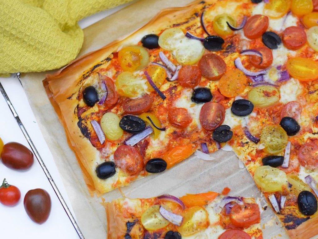 Plaattaart met gekleurde tomaatjes uit de oven | Lekker eten