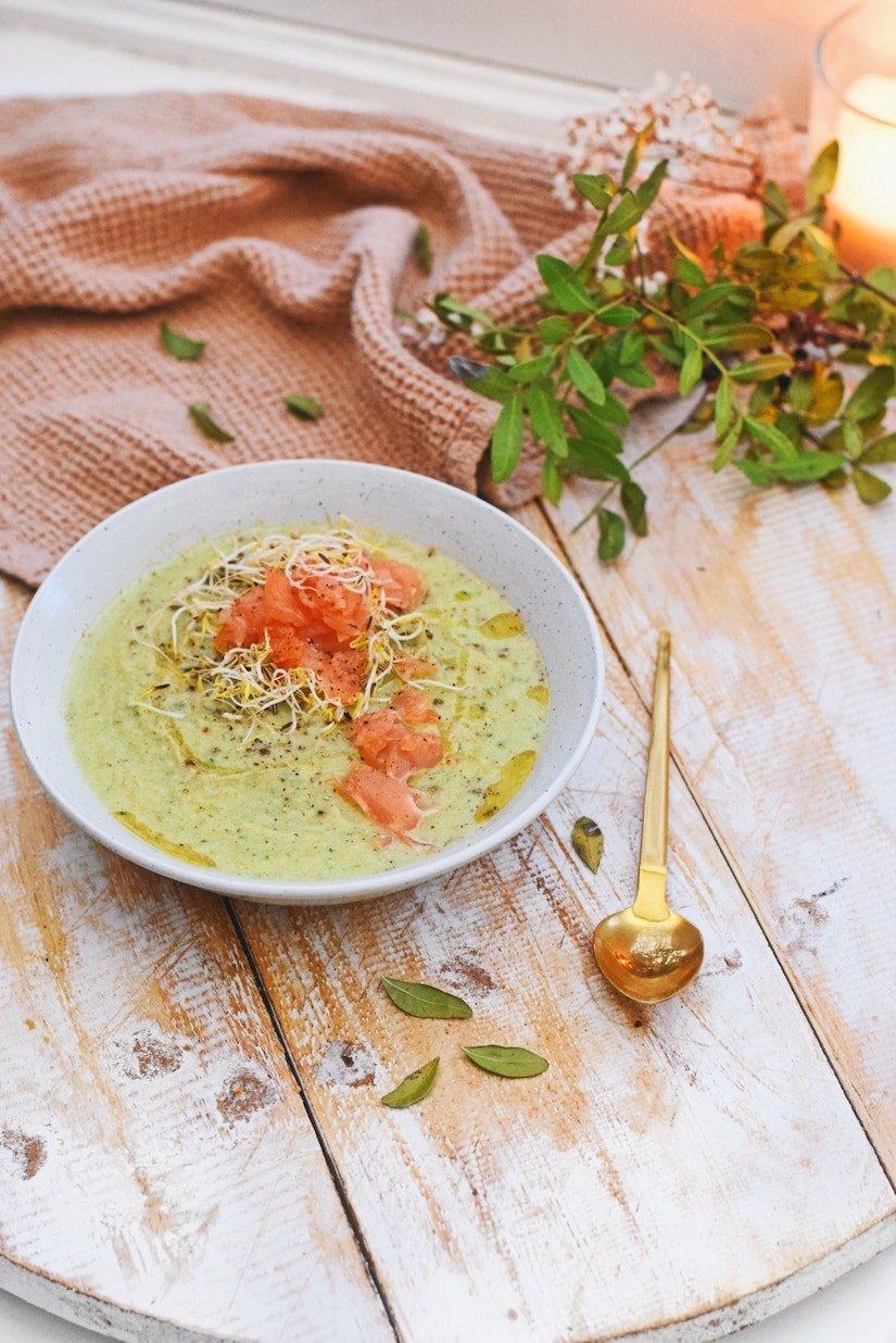 Broccoli courgette soep met gerookte zalm snippers | Kerst gerecht
