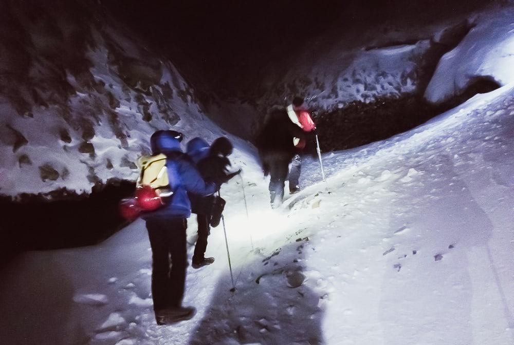 randonnée dans la grotte de glace du svalbard