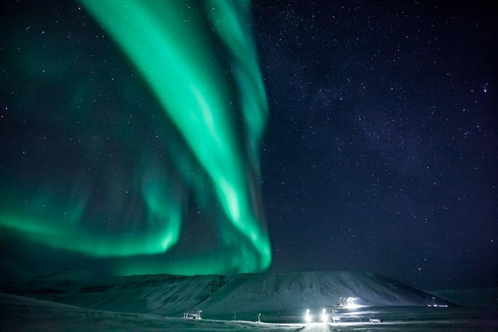 Champ d'aurores boréales de Svalbard Barentz