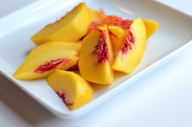Spiced Peach and Oatmeal Crumble || HeathersDish.com