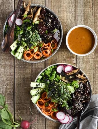 Healthy Poké-Bowl with Chili-Tahini-Sauce