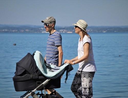 Spaziergang mit Baby im Kinderwagen