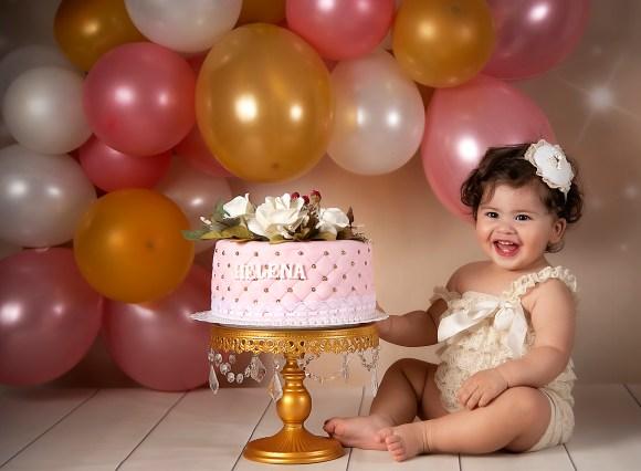 helena junto a la torta de cumpleaños