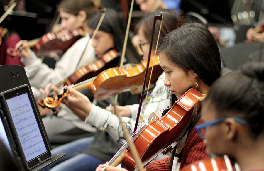 Sophomore+April+Nguyen+practices+for+the+concert+along+with+other+students.+She+plays+the+viola+in+symphonic+orchestra.