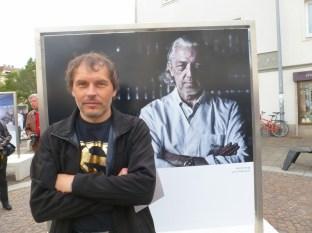 Werner Krug vor seinem Foto, das Charles Schumann zeigt (Foto Hedi Grager)