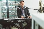 Pianist Steff Kotter spielte für die Gäste der Weihnachtsausstellungseröffnung von Schullin's Geschenke (Foto Mario Sudy)