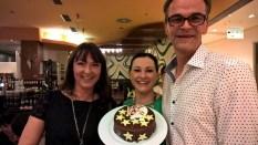 Nicole Dressler und Andreas Feiertag überreichen Centerleiterin Sylvia Baumhackl eine Geburtstagstorte (Foto Hedi Grager)