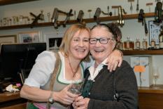 Sektverkostung Renate Polz: Renate Götschl und 'Oma Polz' (Fotografen: Hui Mei Stöckl & Marcel Pail)