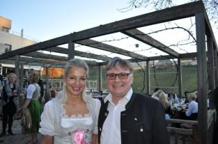 Sektverkostung Renate Polz: Martina Fasslabend mit Walter Polz (Foto Reinhard Sudy)