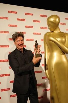 Romy 2016: Tobias Moretti mit der begehrten Statue in Gold (Foto Kurier)