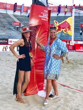 Beachtvolleyball WM 2017 in Wien. Designerin Theresa Schöffel und Elke Rock mit ihren TAZI Hats (Foto privat)