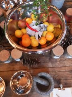 Spaß beim Kreieren neuer Gin-Produkte bei Wolfgang Thoman: Aeijst-Brennerei im steirischen St. Nikolai im Sausal (Foto Hedi Grager)