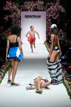 """SPORTALM Kitzbühel präsentierte seine Spring/Summer Kollektion 2020 während der Berlin Fashion Week. Oliver Pocher als """"Retter"""" eines vermeintlich gestürzten Models. (Photo by Stefan Knauer/Getty Images for Sportalm)"""