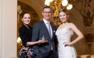 Präsentation der Krönchen für die Opernredoute 2020 - Eva Poleschinski, Klaus Weikhard und Larissa Robitschko (Foto Marija Kanizaj)