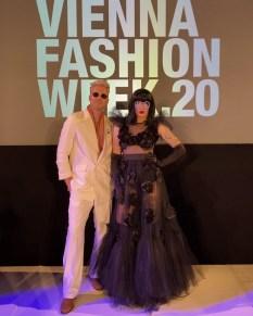 MQVFW 2020: Designer Niko Niko mit Drag Queen Gloria Hole. (Foto Gloria Hole)