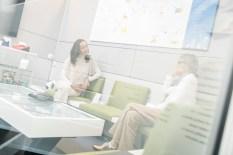 """Ilaria Renna: """"Während meines Physikstudiums mitSpezialisierung auf Halbleiterphysikwurde mir immer klarer, wie sehr mir wissenschaftliche Themen wie Chemie,Mathematik oder Physik Spaß machen. Im Bild mit Journalistin Hedi Grager. (Foto Thomas Luef)"""