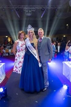 MISS EUROPE Wahl 2021 - Gewinnerin Miss Vienna und Model Beatrice Körmer mit ihren stolzen Eltern. (Foto Helmut Tremmel)