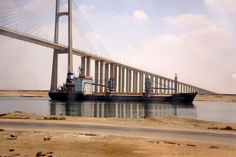 Cargo sur le Canal de Suez au pont d'El Qantara
