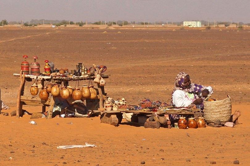 Soudan - Vendeuse à l'entrée du site de Méroé