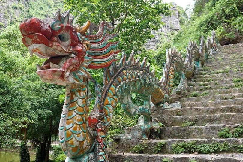 Tam Coc - Dragon au pied de l'escalier de Hang-Mua