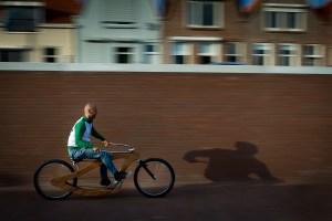 Philip op zijn fiets, 1/20 f/10 ISO 100