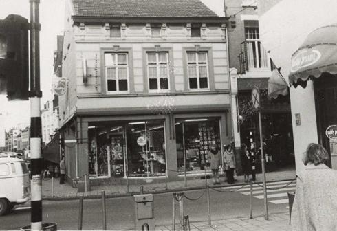 Bron: Rijckheyt.nl | Op de voorgrond de Dr.Poelsstraat met rechts damesmodezaak Paddy Point. In het midden Radio-TV-platenzaak Roeks. Rechts herenmodezaak Ferd. Busch. Geleenstraat/hoek Saroleastraat (1974)