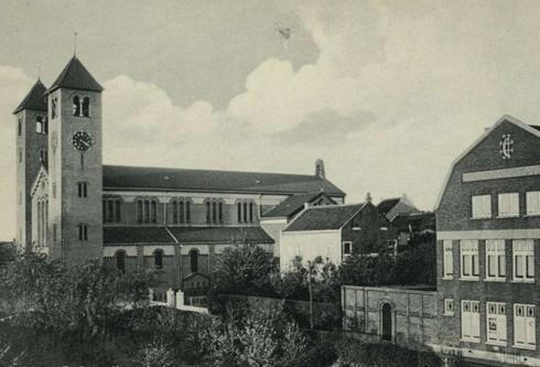 Bron: Rijckheyt.nl | Kerkstraat. St.Corneliuskerk. Rechts het Patronaat.