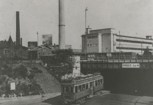 Bron: Rijckheyt.nl | Viaduct onder het spoorwegemplacement. Op de voorgrond een tram van de LTM (Limburgsche Tramweg-Maatschappij). Op de achtergrond de Oranje-Nassaumijn I