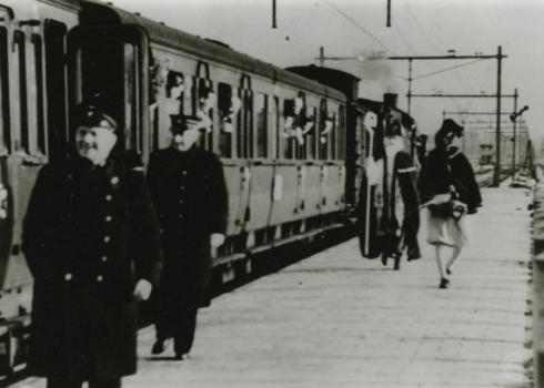 Bron: Rijckheyt.nl | Sinterklaas aankomst op station Hoensbroek (1948)