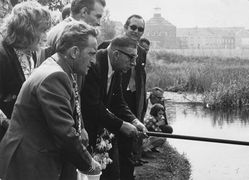 Bron: Rijckheyt.nl   Burgemeester F.Gijzels van Heerlen mag als eerste de hengel uitgooien in de nieuwe visvijver van Grasbroek (1972)