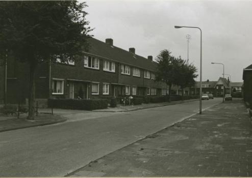 Bron: Rijckheyt.nl | Hendrik van Veldekestraat. Op de achtergrond de Potgieterstraat.  (1975)